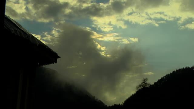 vídeos de stock, filmes e b-roll de tl dark clouds over dark mountains india - parélio