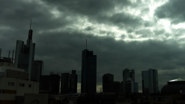vídeos y material grabado en eventos de stock de nubes oscuras sobre el distrito financiero de frankfurt - crisis