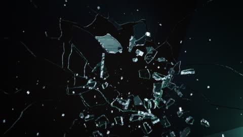 vídeos y material grabado en eventos de stock de oscuro explosión de pared de vidrio - cristal material