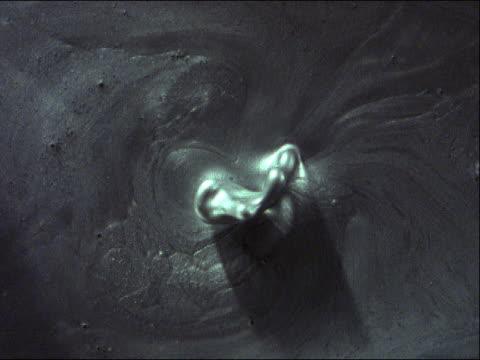vídeos de stock, filmes e b-roll de dark murky liquid - grosso