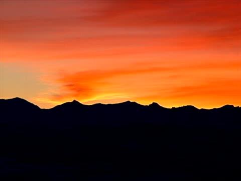 stockvideo's en b-roll-footage met dark ridge and bright sunset - artbeats