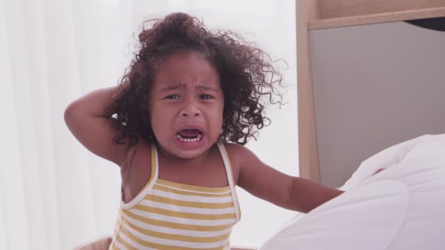 vidéos et rushes de cri d'enfant de peau foncée depuis le crash de tête des trucs solides - cheveux frisés