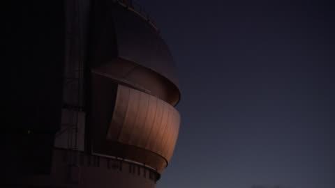 a dark sky outlines a w. m. keck observatory telescope in mauna kea, hawaii. - astronomi bildbanksvideor och videomaterial från bakom kulisserna
