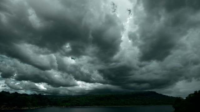 vidéos et rushes de laps de temps sombre nuage d'orage pluie 4k - ciel orageux