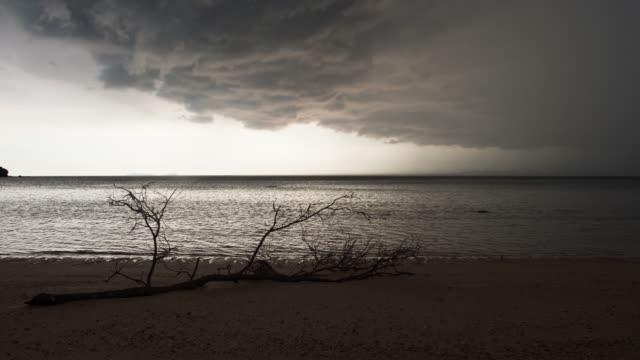 Dunkle Gewitterwolken auf See auf einem Libong Insel Strand, Trang, Thailand