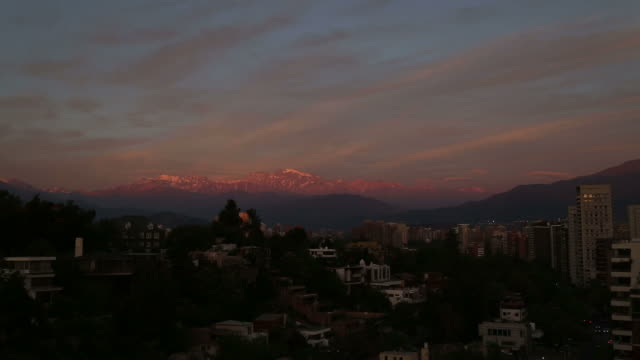 vídeos de stock e filmes b-roll de dark sunset over santiago of chile and the andes mountains - chile