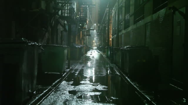 stockvideo's en b-roll-footage met dark urban alleyway - bedtijd