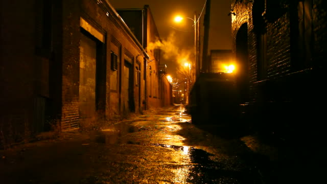 stockvideo's en b-roll-footage met dark urban alleyway - straat
