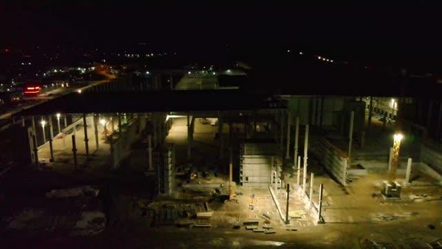 dunkler blick über baustelle in der nacht - distribution warehouse stock-videos und b-roll-filmmaterial