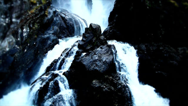 stockvideo's en b-roll-footage met dark waterfall - waterkracht