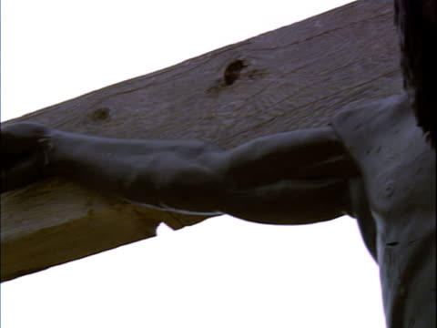 vídeos de stock, filmes e b-roll de a darkly colored crucifix - figura masculina