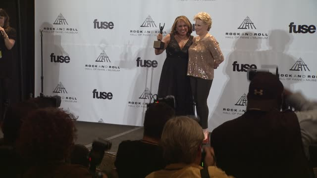 vidéos et rushes de darlene love and bette midler at the 26th annual rock and roll hall of fame induction ceremony press room at new york ny - bette midler