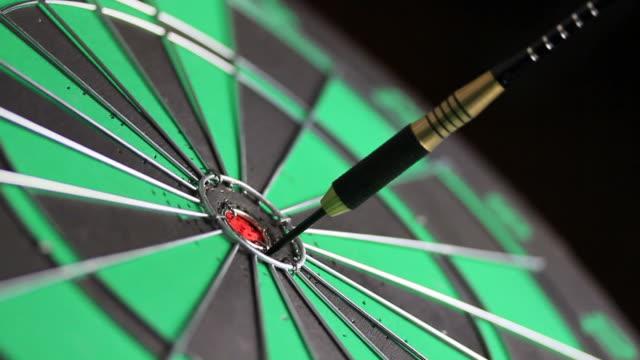 stockvideo's en b-roll-footage met dart hits bullseye - richten