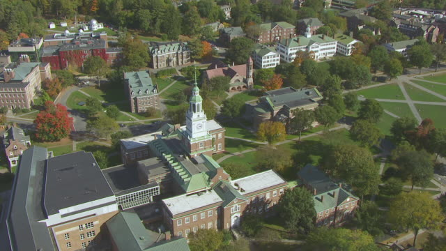 vídeos de stock e filmes b-roll de ws aerial pov dartmouth college campus and fisher ames baker memorial library with forest area in background / hanover, grafton county, new hampshire, united states - dartmouth