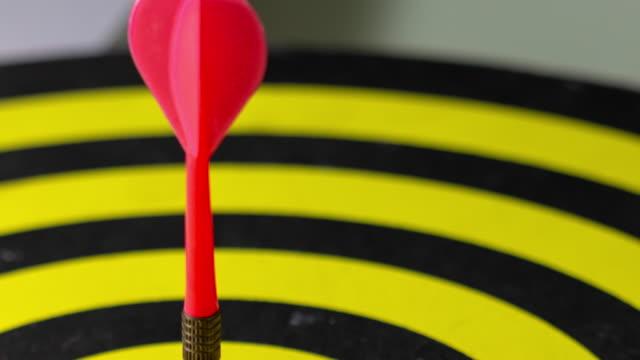 股の真ん中 td:darts。 - ダーツバー点の映像素材/bロール