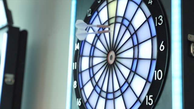 ダーツは、ダーツを打つ - ダーツバー点の映像素材/bロール