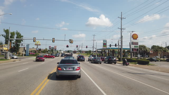stockvideo's en b-roll-footage met dashboard camera point of view of commercial signs at an intersection in memphis tennessee usa amid the 2020 global coronavirus pandemic - winkelbord