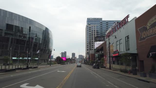 vídeos y material grabado en eventos de stock de dashboard camera point of view of driving in kansas city amid the 2020 global coronavirus pandemic in the morning - forbiden