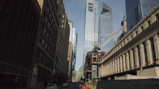 vídeos de stock, filmes e b-roll de dashboard camera point of view of driving in new york city amid the 2020 global coronavirus pandemic. - alto contraste