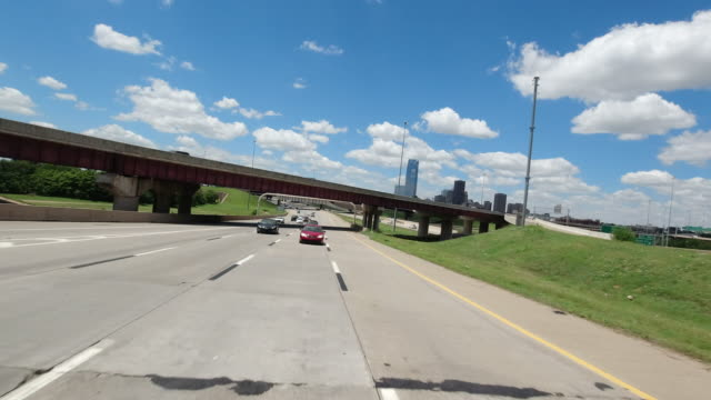 dashboard camera point of view of oklahoma cityscape and highway traffic amid the 2020 global coronavirus pandemic - glatte oberfläche stock-videos und b-roll-filmmaterial