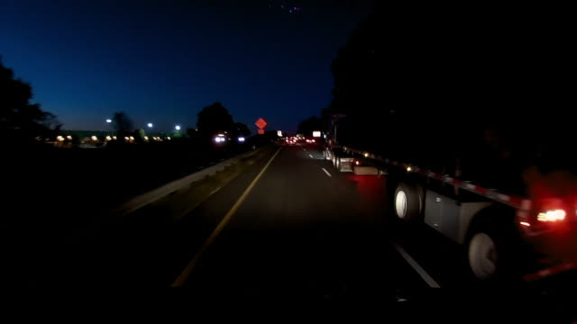 vidéos et rushes de dashboard camera point of view of speed limit and driving at dawn - phare avant de véhicule