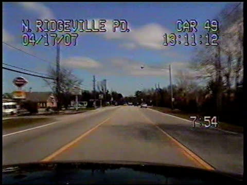 / dashcam video of police officer trying to locate suspect in car when suddenly a green minivan pulls in front of him with bumper hanging off /... - 追いかける点の映像素材/bロール