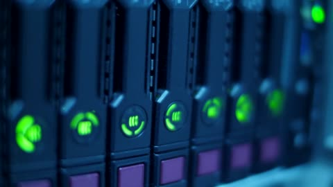 vídeos y material grabado en eventos de stock de servidores de datos mientras el led de trabajo - equipo informático