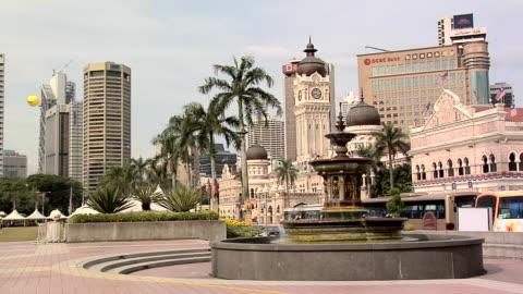 vídeos de stock, filmes e b-roll de ws dataran merdeka fountain at independence square with sultan abdul samad building in background / kuala lumpur, malaysia - edifício do sultão abdul samad