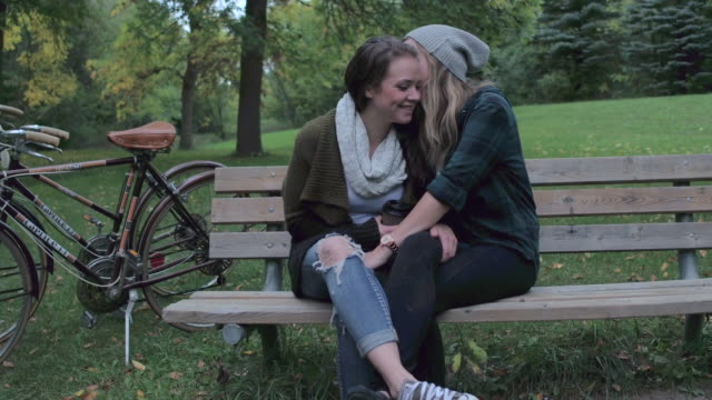 date at the park - lesbica video stock e b–roll