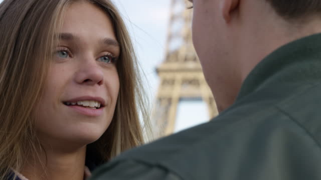 vídeos de stock e filmes b-roll de date in paris - noiva