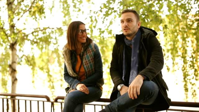 vidéos et rushes de date dans le parc - cadrage aux genoux
