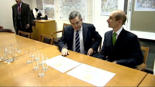 date & location unknown: int gordon brown mp into meeting and sits with others - gordon brown stock-videos und b-roll-filmmaterial