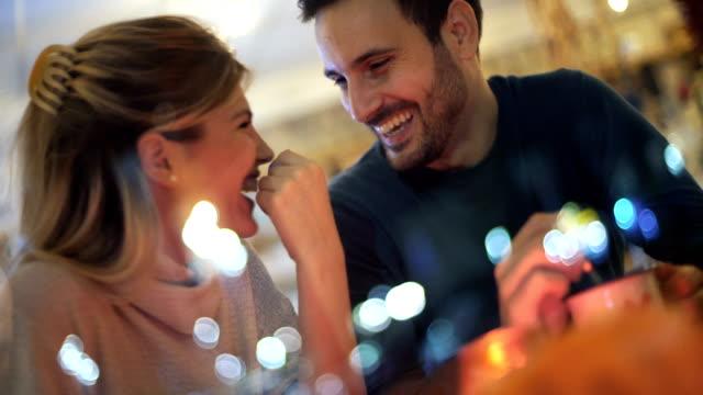 date-nacht in einem kaffee-ort. - erwachsener über 30 stock-videos und b-roll-filmmaterial