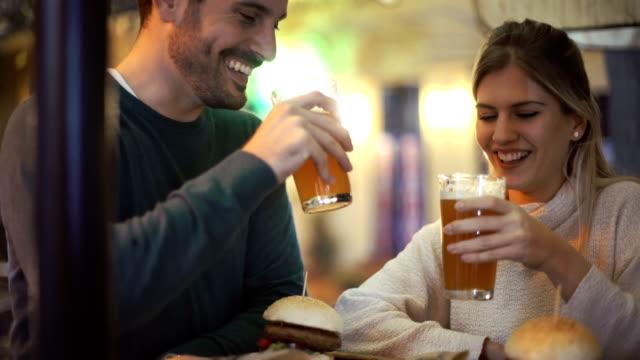 vídeos y material grabado en eventos de stock de noche de citas . - cerveza
