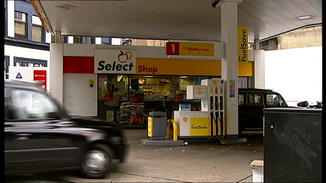 stockvideo's en b-roll-footage met date set for court of appeal hearing of the case of sam hallam t02101017 ext general view of shell petrol station as black taxi cab driven along past... - shell merknaam