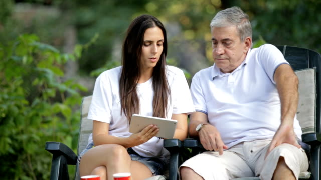 Hija y papá con tablet PC