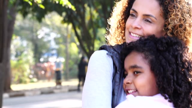 vídeos de stock e filmes b-roll de daughter and mother embracing - brazilian ethnicity