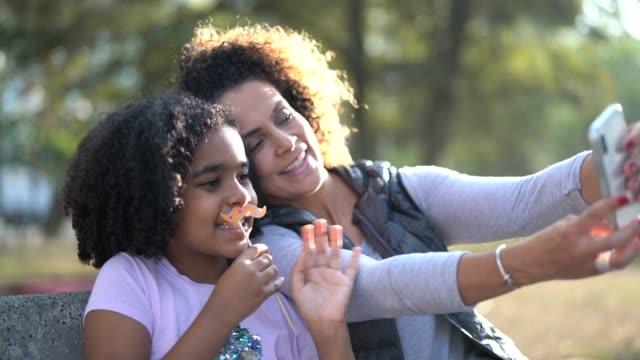 stockvideo's en b-roll-footage met dochter en moeder neemt een selfie - braziliaanse etniciteit