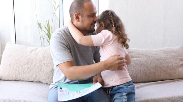 父親の日に父親を抱きしめたりキスしたりする娘 - dia点の映像素材/bロール