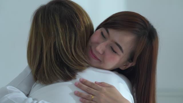 娘抱擁患者シニア母 - 成人した子供点の映像素材/bロール