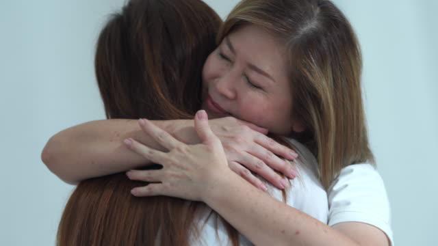 vídeos y material grabado en eventos de stock de hija abrazando paciente madre mayor - visita