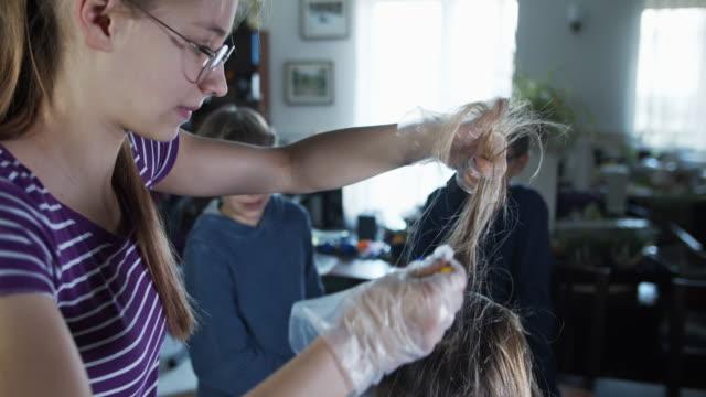 vídeos de stock, filmes e b-roll de filha está cortando o cabelo da mãe durante a pandemia covid-19 - fracasso