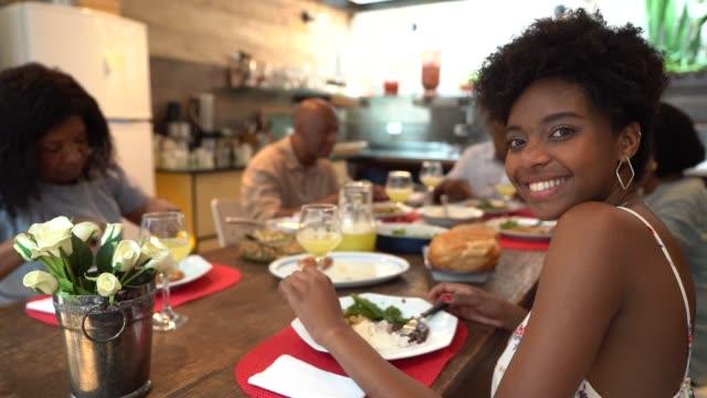vídeos de stock, filmes e b-roll de retrato da filha na mesa de jantar - almoço