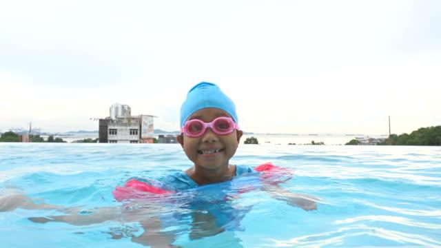 vídeos de stock, filmes e b-roll de nadada da filha na associação - boia equipamento marítimo de segurança