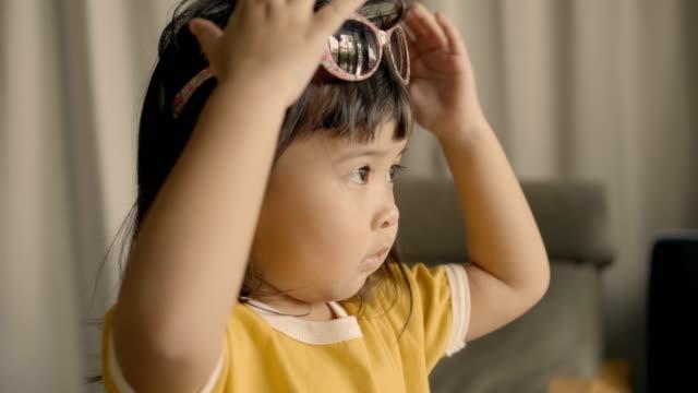 サングラスの娘 - サングラス点の映像素材/bロール