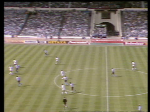 vidéos et rushes de dave bennett cross finds keith houchen running into box who scores diving header to equalise, coventry city vs tottenham hotspur, 1987 fa cup final,... - but égalisateur
