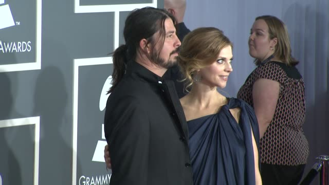vídeos de stock, filmes e b-roll de dave grohl and guest at the 51st annual grammy awards part 5 at los angeles ca - 2009