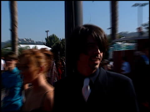 vídeos de stock, filmes e b-roll de dave grohl at the 1998 mtv video music awards entrances at universal amphitheatre in universal city, california on september 10, 1998. - 1998