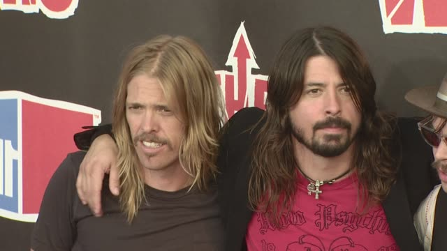 vídeos de stock, filmes e b-roll de dave grohl foo fighters taylor hawkins supergrass nate mendel chris shiflett at the vh1 rock honors at los angeles ca - 2008