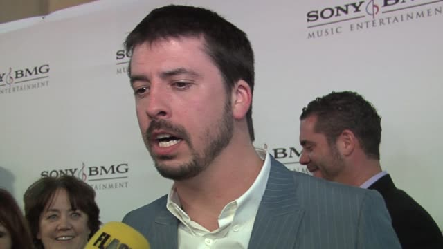 vídeos de stock, filmes e b-roll de dave grohl his favorite performancesat the sony bmg hosts a celebration for it's 2006 grammy award nominees - 2006